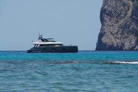 Rafa Nadal navega con su catamarán por aguas de Cala Molins