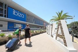 Esperando julio. El aeropuerto de Ibiza empieza a presentar más movimiento que en las últimas semanas. Ayer tuvo, en total, seis conexiones internacionales. Se espera que los mayoristas británicos empiecen a volar a mediados del mes que viene.