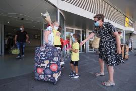 Se empieza a ver movimiento. El aeropuerto de Ibiza va recibiendo cada vez más vuelos y eso se nota en la terminal de llegadas donde hay algo más de afluencia de personas.