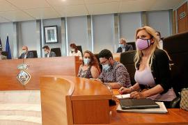 En primer plano la consellera no adscrita Marta Díaz ayer en el pleno.