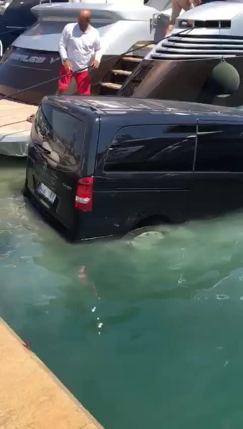 El vídeo de una furgoneta hundiéndose en el muelle que no debes compartir