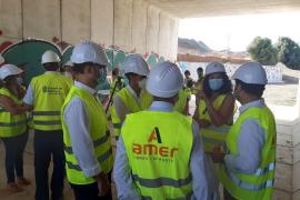 Las autoridades visitan las obras de conexión entre las urbanizaciones separadas por el torrent Gros
