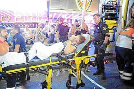 Batalla campal de madrugada en Punta Ballena tras un doble apuñalamiento entre 'hooligans'