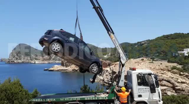 Espectacular rescate de un coche precipitado en Punta de Galera