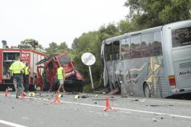 Muere un policía nacional de Maó al colisionar su furgoneta con un autobús