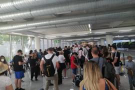 AENA dice que las aglomeraciones del aeropuerto de Palma se deben a pasajeros que no rellenan el formulario sanitario