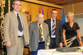 Francesc Riera recibe la Medalla de la Ciutat por su investigación sobre los 'xuetes'