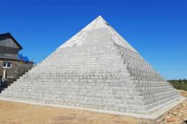 Una pareja rusa construye en el patio de su casa una réplica de la Gran Pirámide de Guiza