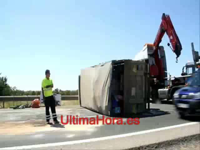 Cuatro heridos al embestir un camión a otro que estaba parado en la autopista de Inca