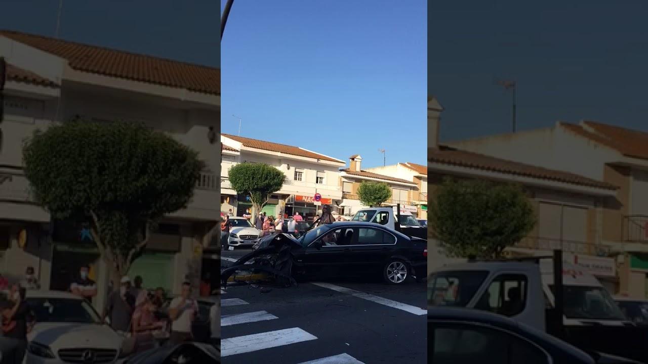 Reducen a una conductora en bikini que intentó robar las gafas de un policía tras un aparatoso accidente