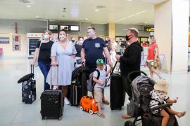 Varios británicos que llegaron en un vuelo de easyJet.