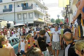 Indignación vecinal por el incivismo y descontrol nocturno de jóvenes turistas en Cala Rajada