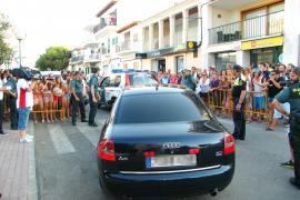 Un grupo de vecinos abuchea a los políticos en el homenaje a la escuela de hidroaviación