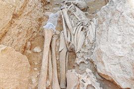 Hallan en Son Real tres esqueletos talayóticos, uno de ellos con un puñal
