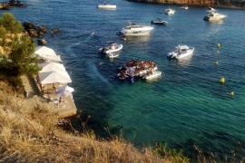 Denuncian 'party boats' masificadas en la playa del Oratori de Portals