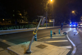 Muere un motorista al chocar contra un semáforo y salir despedido 20 metros