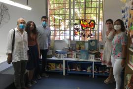 El escritor Miquel Rayó dona más de 540 libros para la biblioteca infantil de Nou Llevant