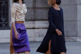 Censuran el colorido vestido de la presidenta del Senado en el tributo a las víctimas