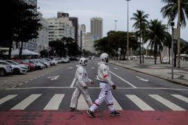 Vestidos de astronautas para pasear con seguridad
