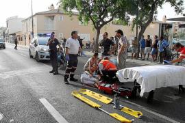 Dos jóvenes heridos graves al caer su moto y ser arrollados por una furgoneta en es Molinar
