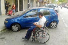 Un discapacitado denuncia que le han pinchado las cuatro ruedas en Pere Garau