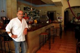 Tres encapuchados agreden a la dueña  de un bar en Puigpunyent para robar 700 euros