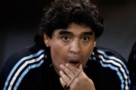 Maradona, operado después de que su perro le mordiera en la cara