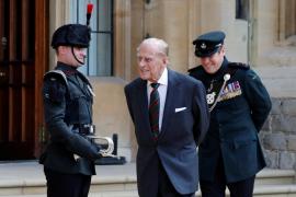 El marido de la reina Isabel II cede su rol militar a la mujer del príncipe Carlos