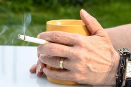 Los epidemiólogos piden no fumar en playas y terrazas para evitar contagios