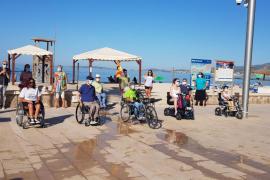 Personas con discapacidad critican la «dejadez» de Cort para eliminar las barreras en las playas de Palma