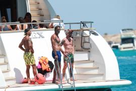 Imagen de los azulgrana Suárez y Messi junto al empleado del FC Barcelona Pepe Costa surcando aguas pitiusas.