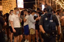 Gran despliegue policial en Magaluf de noche para evitar juergas descontroladas