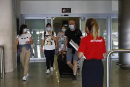 El Gobierno británico levantará la cuarentena para Baleares y Canarias, según 'The Sun'