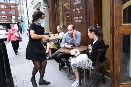 Polémica oferta laboral: Descartada como camarera por tener familia