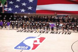 La NBA regresa hincando la rodilla contra el racismo