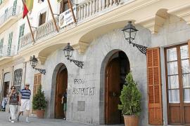 Varios edificios públicos de Inca amanecen con pintadas en contra de la gestión del PP