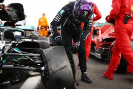 Hamilton, con pinchazo, gana por séptima vez en Silverstone