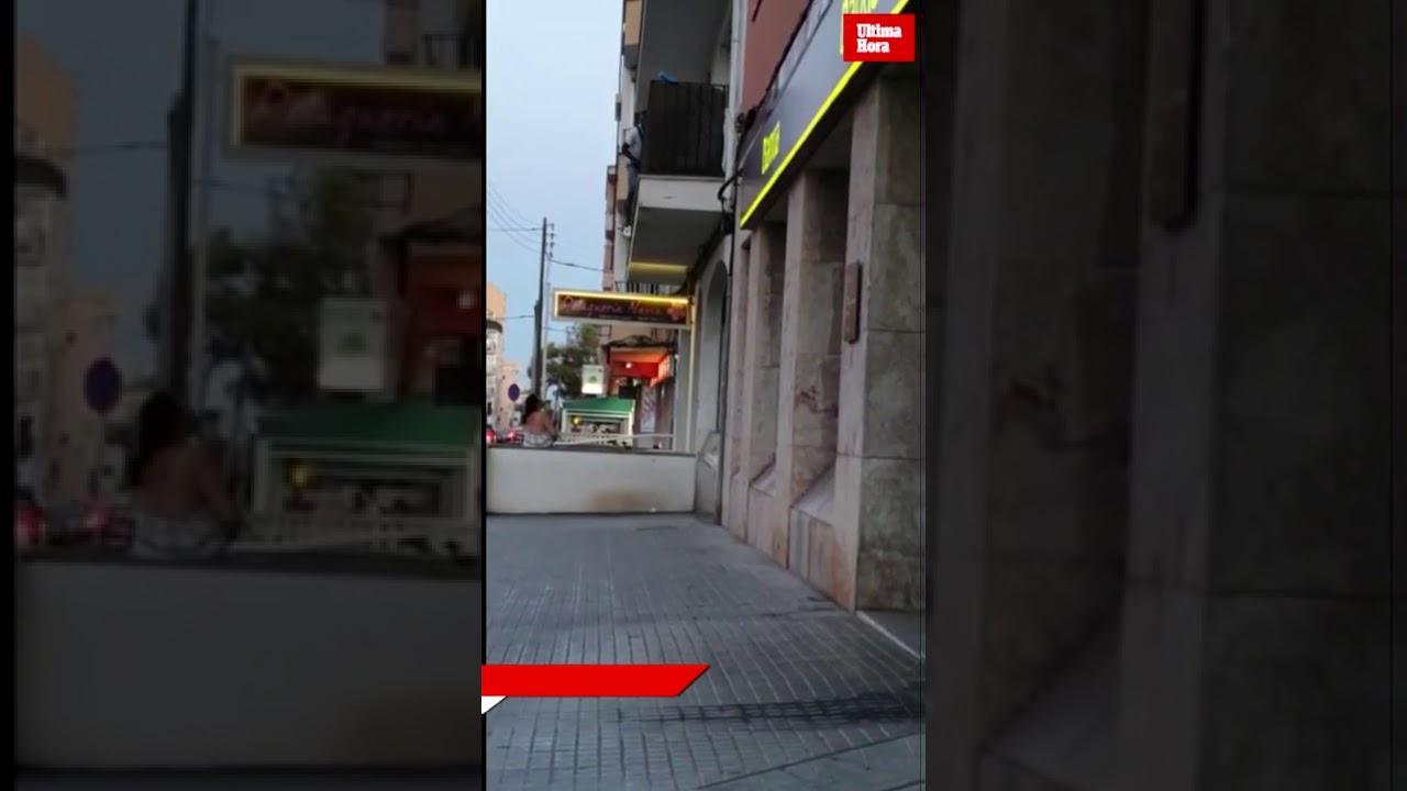 Un vecino graba con su móvil a un hombre escalando en un primer piso de es Rafal