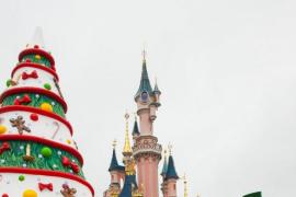 Varias personas reciben cheques de devolución de impuestos firmados por Mickey Mouse y Walt Disney