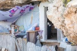 La cueva 'okupada' en Sant Josep, en imágenes (Fotos: Toni P.).