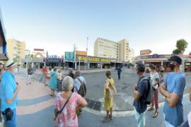 'Vía Guiri': los residentes recorren un Magaluf sin turistas