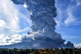 El volcán Sinabung expulsa una enorme columna de ceniza