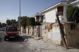 Un camión de Emaya destroza varios coches y fachadas de viviendas en La Bonanova