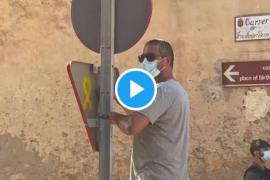 Retiran una señal con un lazo amarillo ante la llegada de los Reyes a Petra