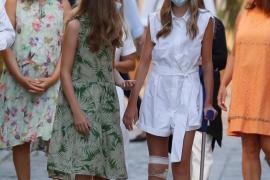 La infanta Sofía aparece con muletas tras golpearse una rodilla