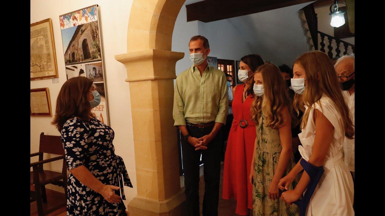 Los Reyes y sus hijas conocen en Petra el legado de Fra Juníper Serra