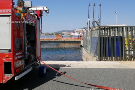 Actuación de los bomberos en un restaurante del Moll Vell de Palma por una reacción de productos químicos
