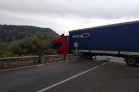 Un camión se sale de la vía y bloquea la carretera de Valldemossa