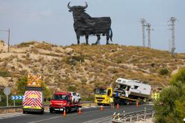 Dos fallecidos y tres heridos graves en una colisión entre un coche y una autocaravana en Alicante