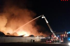 Arde una empresa en un polígono industrial de Barcelona